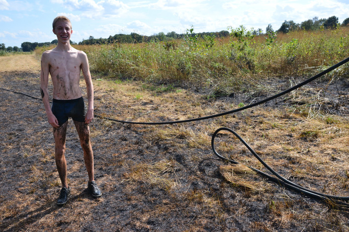 De jonge visser sprong zelf in het water om de brand te blussen.