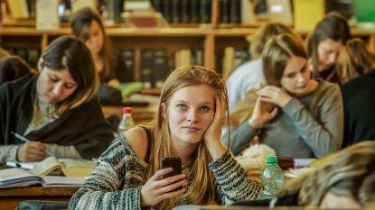 """""""Studenten die vaker met smartphone bezig zijn, behalen lagere punten"""""""