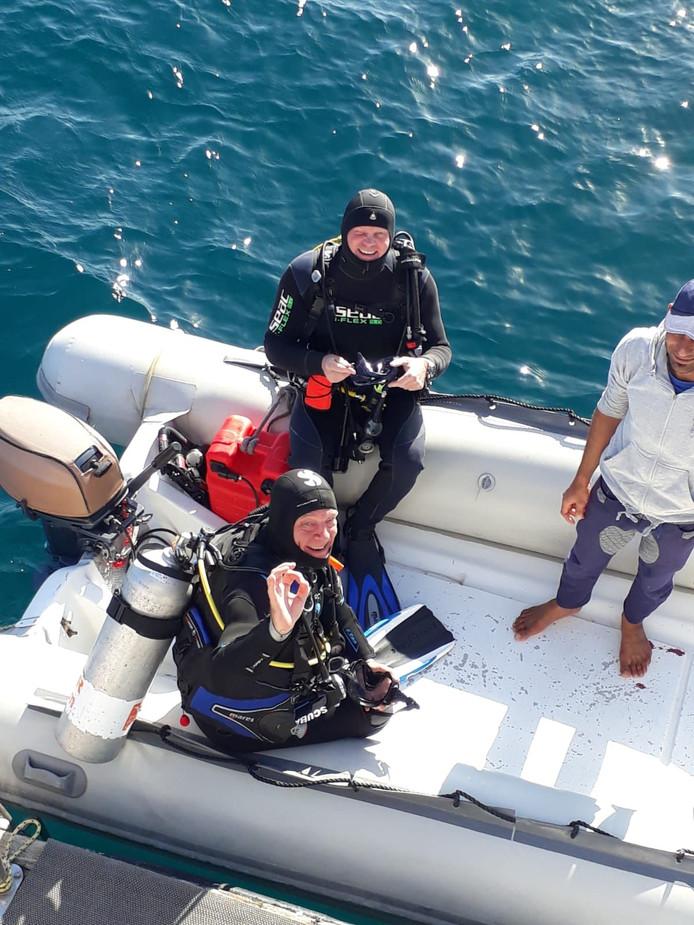 Kick Rugenbrink (onder) met Gerben Groothof, voorzitter van duikvereniging De Zeewolf in Emmeloord.