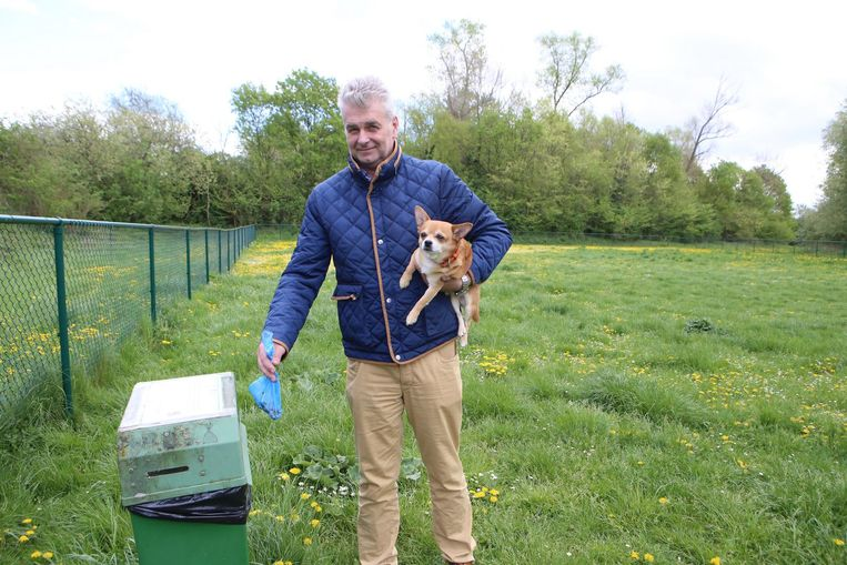 Danny Puyneers en Gucci. Hij toont alvast wat je met de hondenpoep moet doen.