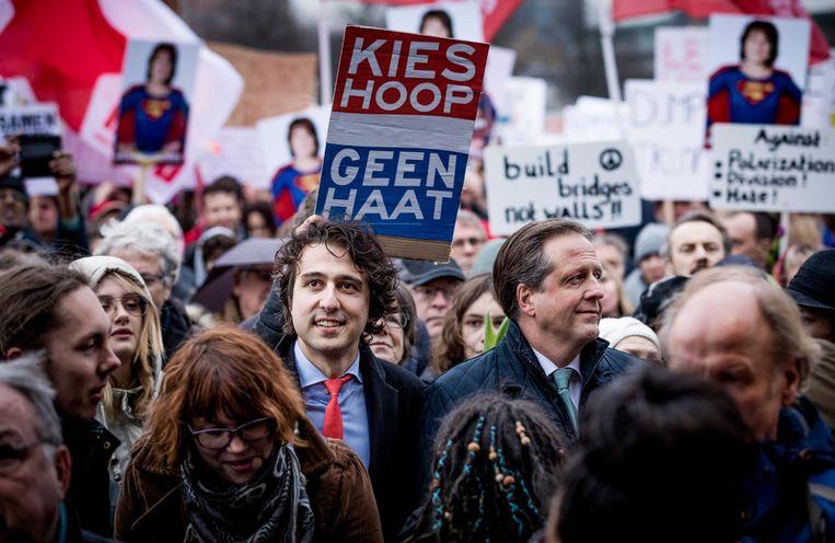 Jesse Klaver (GL) en Alexander Pechtold (D66) tussen de demonstranten. Beeld Freek van den Bergh/de Volkskrant