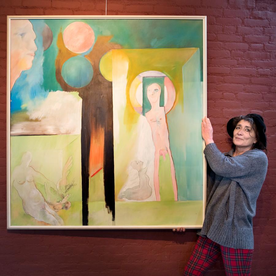 Caro Sicking voor een schilderij van haar vader Joost.