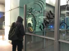 Kunststudenten plakken monden af als protest tegen cultuurbesparingen
