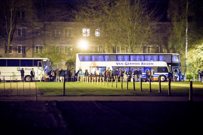 Eritreeërs worden met bussen bij conferentiecentrum Koningshof weggevoerd.