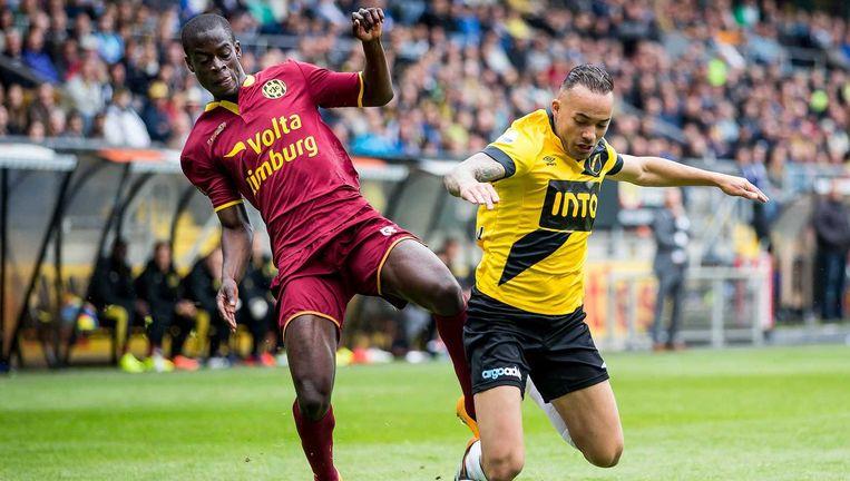 Roda JC speler Edwin Gyasi in duel met NAC Breda speler Demy de Zeeuw. Beeld anp