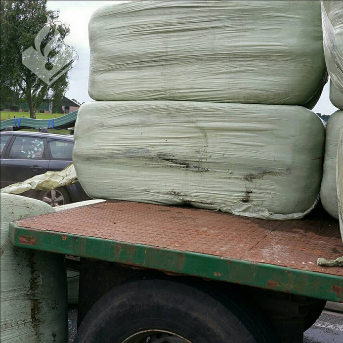 Volgens de politie wegen de losgeschoten hooibalen wel 250 tot 300 kilo per stuk.