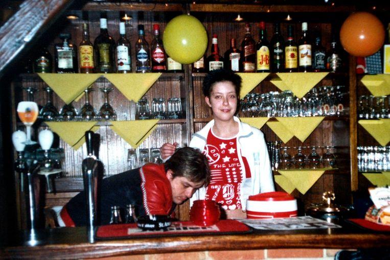 Cafébaas Brian en dienster Cynthia Ronse zijn twee slachtoffers van de broers Vlassenbroeck.