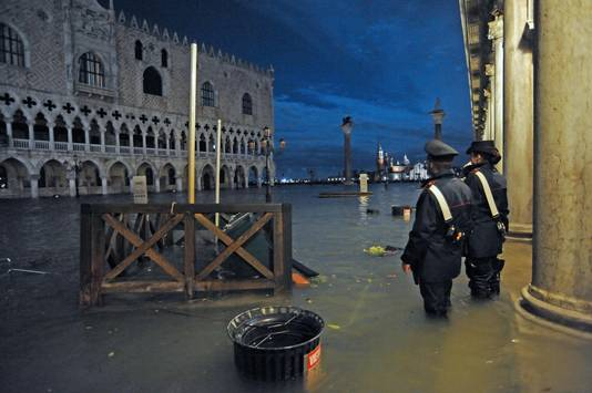 Het hoge water aan de toeristische trekpleister Piazza San Marco.