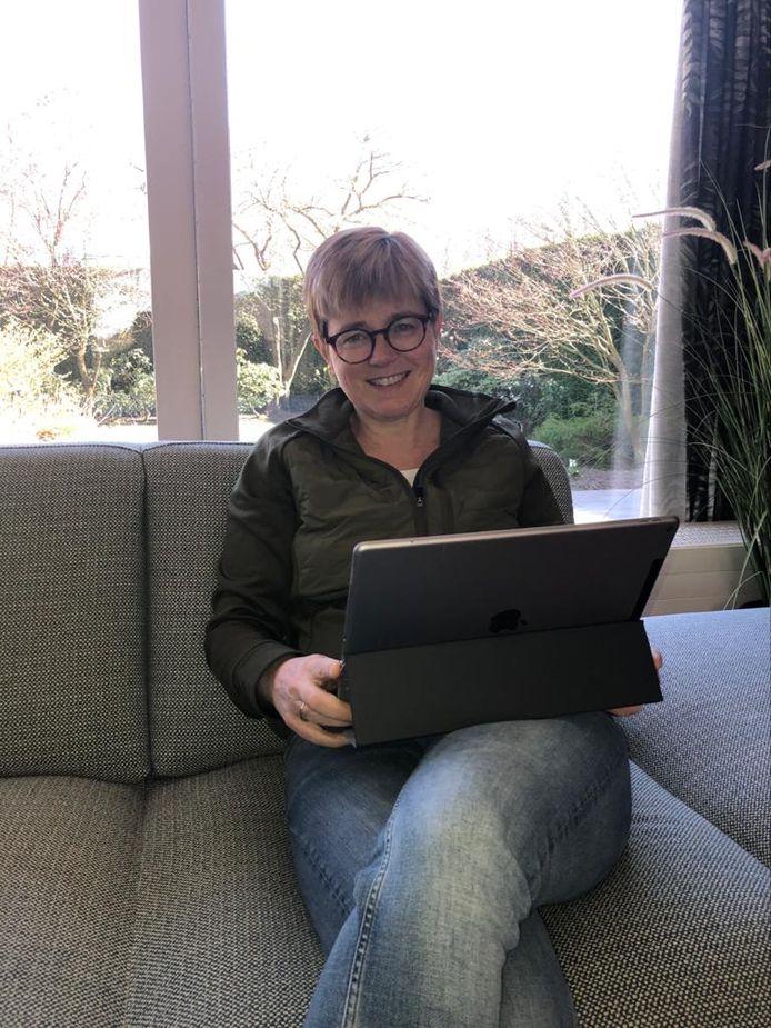 Ook burgemeester Miranda de Vries van Etten-Leur werkt dezer dagen thuis.