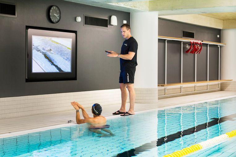 Johan Kenkhuis geeft uitleg met onderwaterbeelden. Beeld Pauline Niks