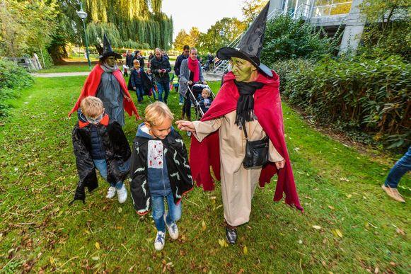 Kinderen trokken verkleed op pad door het centrum op zoek naar de klok van de Sint-Medarduskerk.