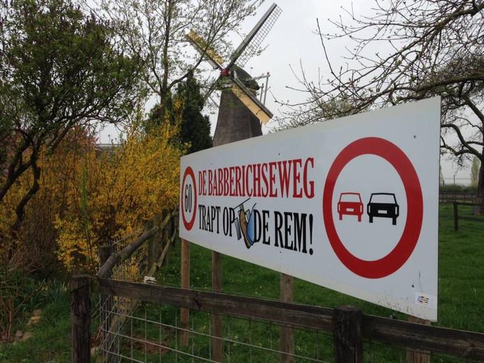 Een spandoek met de tekst 'De Babberichseweg trapt op de rem', een actie uit 2014.