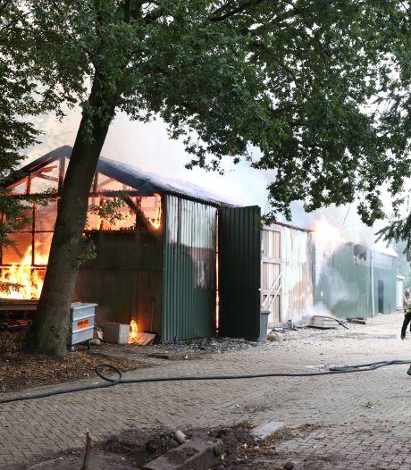 Grote schuur compleet verwoest na enorme brand bij manege in Emmeloord