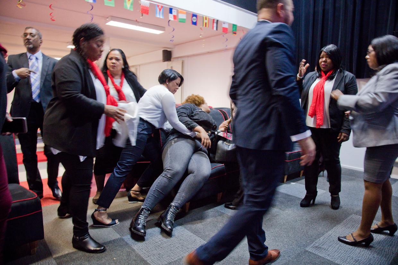 De Spaanstalige Dios Esta Obrando kerk te Rotterdam-Zuid. Twee gemeenteleden vangen een gelovige vrouw op bij wie pastor Franklin Gomez een duivelsuitdrijving heeft gedaan.