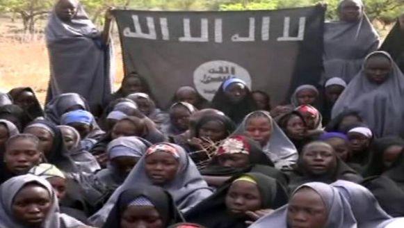 Een beeld uit de video waarop 130 meisjes in conservatieve islamitische kleding te zien zijn. De video zou afkomstig zijn van Boko Haram en de ontvoerde scholieren tonen.