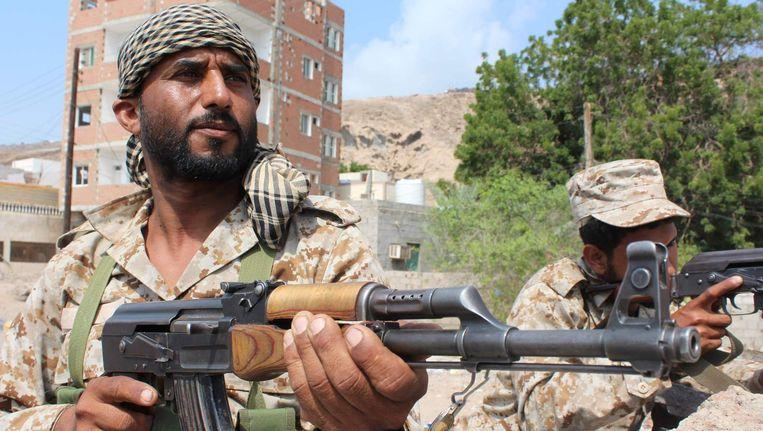 Militairen van het Jemenitische leger bij een checkpoint in de stad Aden, Jemen Beeld afp
