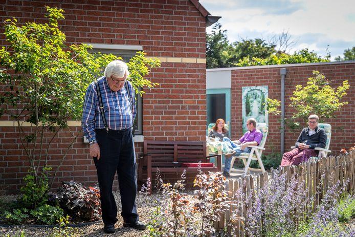 Gerard La Haye in zijn nieuwe tuin. Op de achtergrond buurvrouw Maartje Rubenkamp, buurman Arne Maessen en zoon René La Haye.