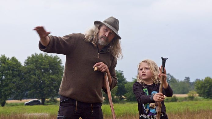 Herder Roelof Kuipers met zijn zoon Roef in de serie 'Typisch Achterhoek' van de EO.