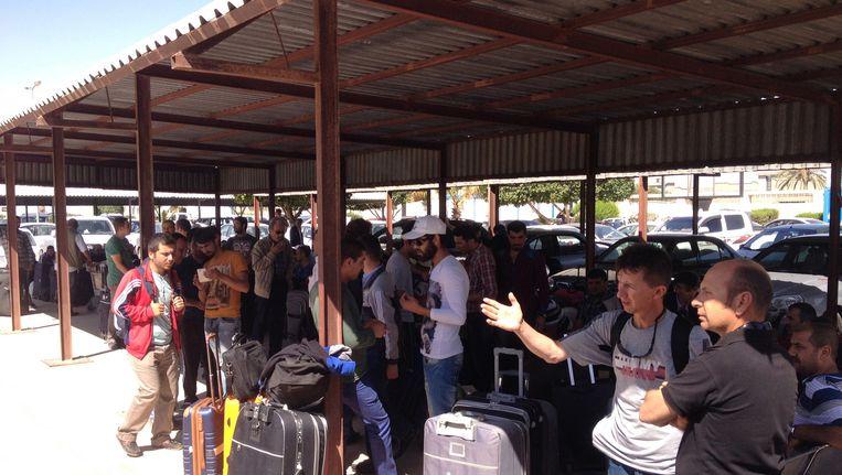 Turkse arbeiders in Libië komen bij het vliegveld van Misrata aan. Ze vertrekken uit Libië nadat ze beschuldigd werden van spionage. Beeld getty