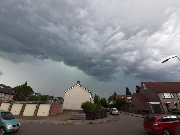 Donkere wolken boven Brummen.