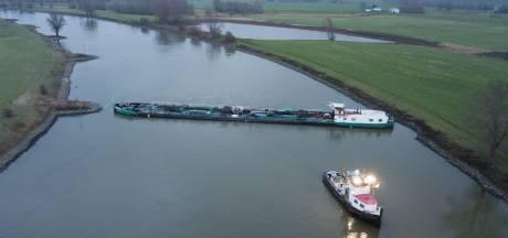Vastgelopen vrachtschip stremt de IJssel voor scheepvaart