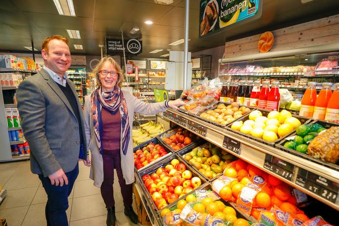 Bedrijfsleider Bart Looijmans en vrijwilligster Iris van Koetsveld in de Sterkselse dorpswinkel.