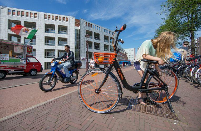 Gebruikers vinden een FlickBike met een app. Na een rit kunnen ze de fiets achterlaten waar ze maar willen. Kosten: 1 euro per half uur. Beeld Jean-Pierre Jans