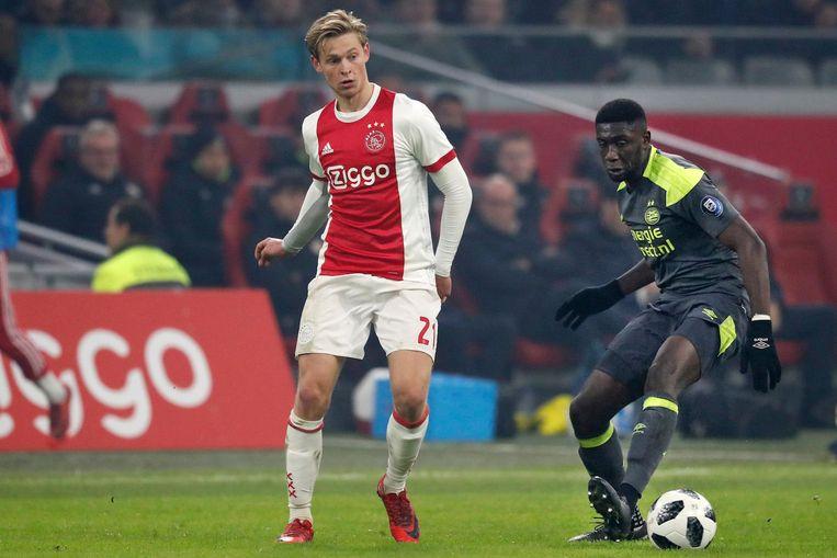 Frenkie de Jong zondag in duel met PSV-er Derrick Luckassen. Beeld Pro Shots