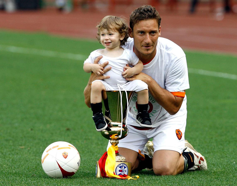 Francesco Totti met zijn zoon Cristian in 2007 na het winnen van de Italiaanse beker.