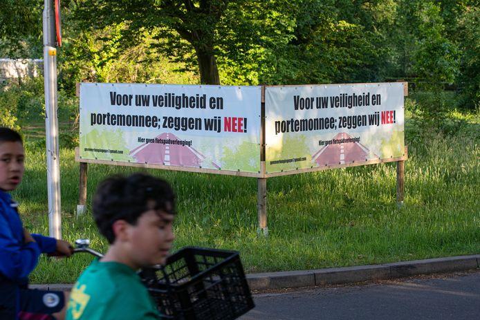 Bewoners van de Vegtelarij in Epe zijn boos. De plannen om fietssnelweg F50 te verlengen gaat ten koste van hun achtertuin.