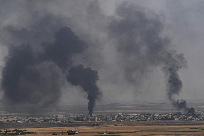 Rookwolken na bombardementen op de Syrische stad Ras al-Ain.