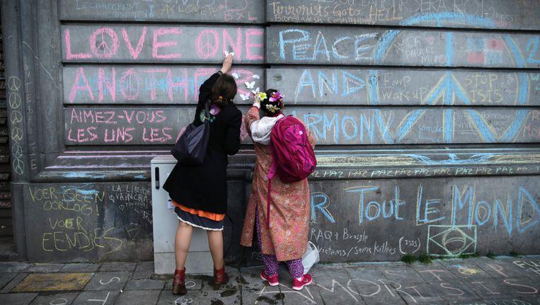 Boodschappen in krijt op het Beursplein ter ere van de slachtoffers van de aanslagen in Brussel.