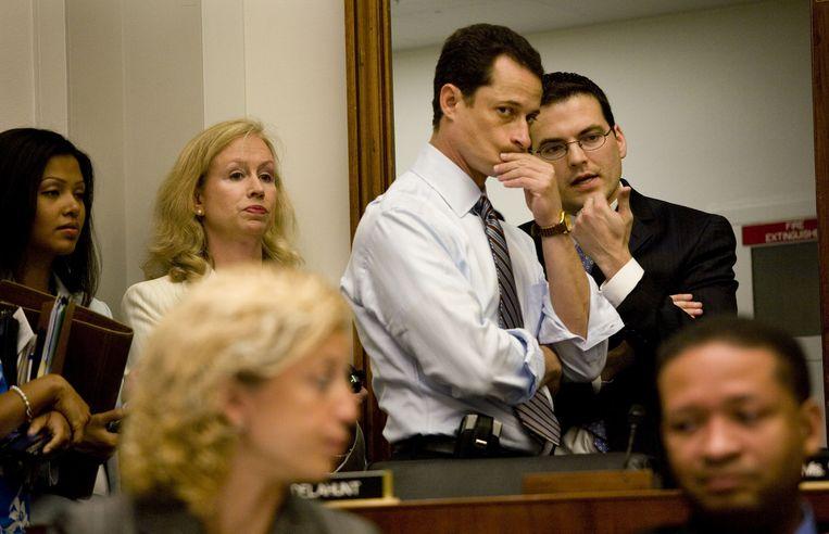 Anthony Weiner, afgevaardigde voor New York, luistert naar een van zijn adviseurs. Beeld DANIEL ROSENBAUM/Hollandse Hoogt