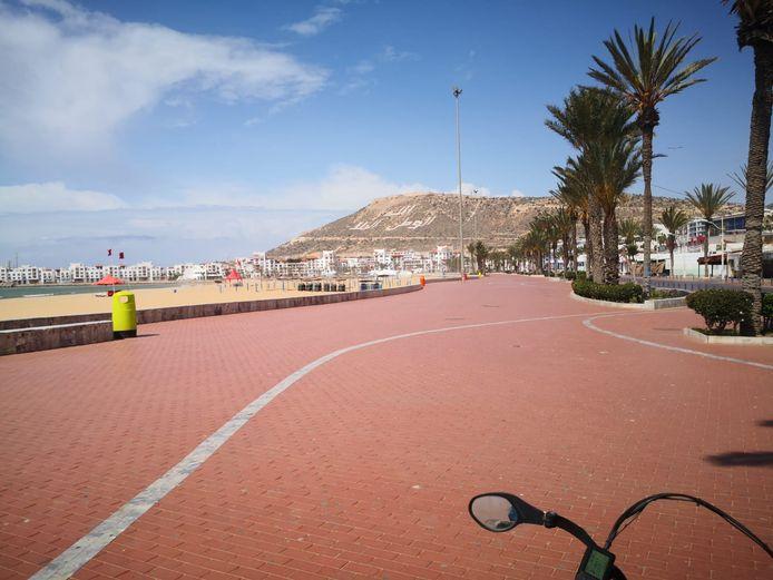 Een verlaten boulevard in Agadir.