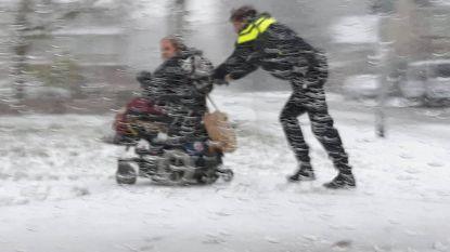 """""""Dit is ook politiewerk"""": heldhaftige wijkagent duwt gestrande bejaarde vrouw in scootmobiel naar huis"""