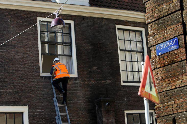 Sommige van de de ontruimde panden aan de Vijzelgracht waren alleen nog via een ladder te betreden. Beeld anp