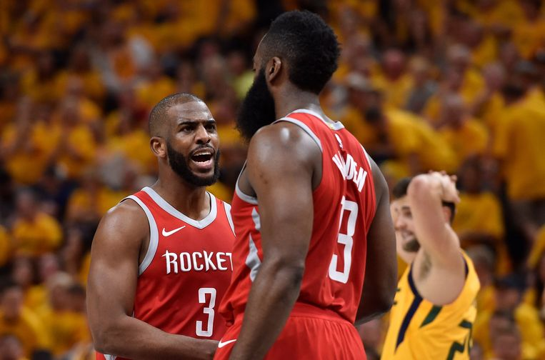 Chris Paul (3) met James Harden.