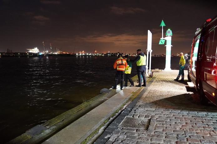 Hulpdiensten hebben vrijdagavond in de Nieuwe Maas ter hoogte van de Lloydkade een grote zoekactie gehouden.