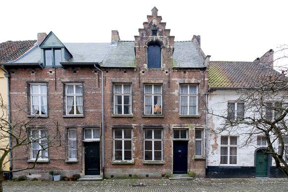 De verkrotte huisjes in de Symforosastraat op het Begijnhof.