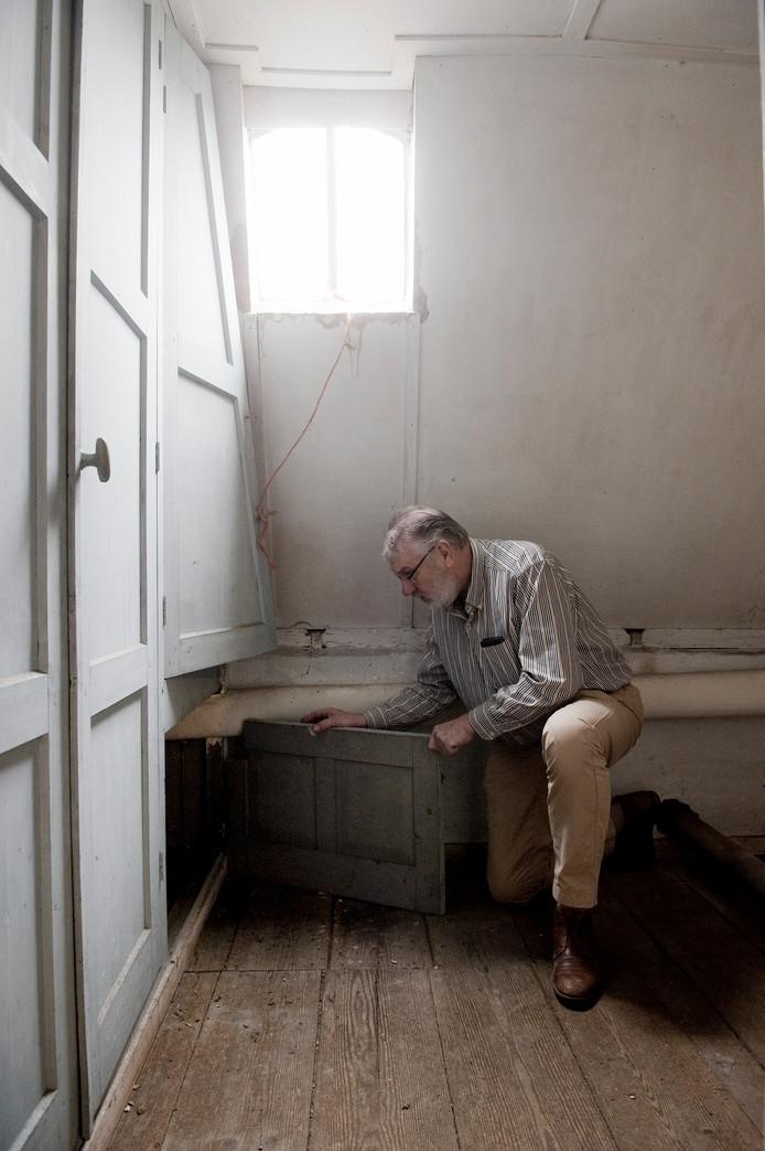 Arno Spin bij de schuilplek op de zolder van de pastorie in Ewijk.