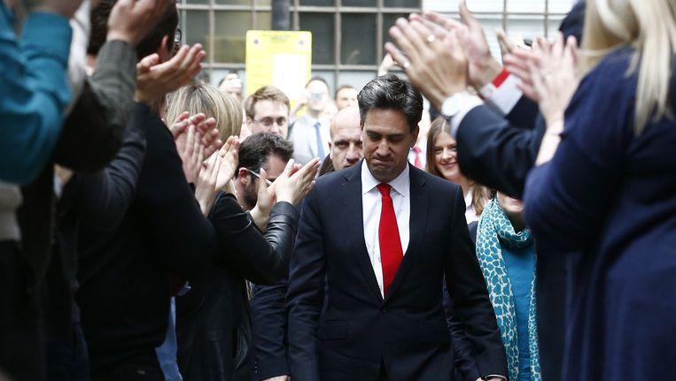 Ed Miliband (C) komt aan bij het hoofdkwartier van de Labour party een dag na de Britse verkiezingen. Beeld afp
