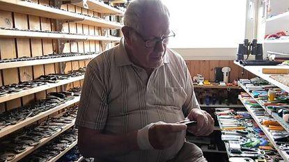 """Marinus (80) verkoopt zijn flessenopeners voor 10.000 euro: """"Er zitten hele mooie bij"""""""