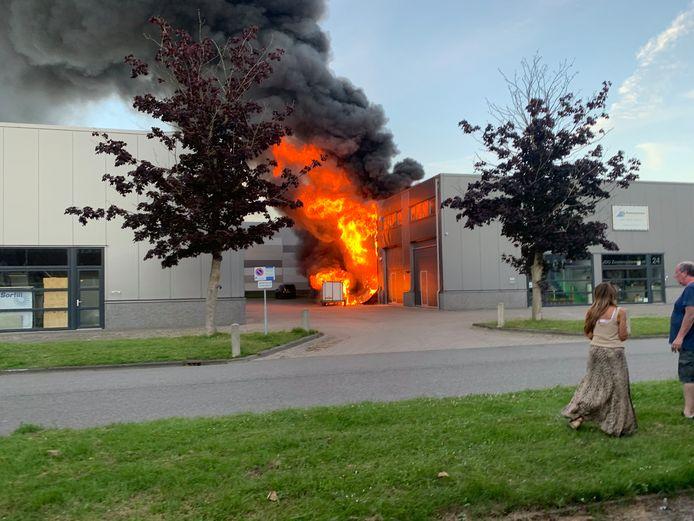 Brand in een bedrijfsverzamelgebouw aan de Productieweg in Mijdrecht. Aan de voorkant van het brandende pand is het bedrijf van Bob Nisters gevestigd.