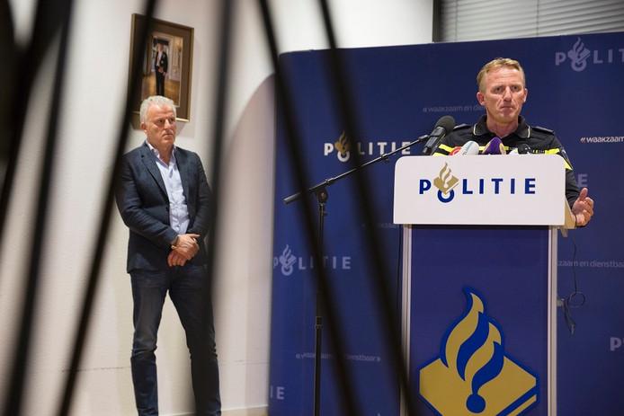 Peter R. de Vries (links) en recherchechef Aart Garssen bij de bekendmaking van de aanhouding van twee verdachten voor de Posbankmoord.