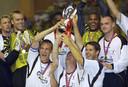 Sander Westerveld (l) viert het winnen van de Europese Supercup na de 3-2 zege van Liverpool op Bayern München in 2001.