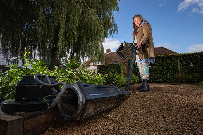 In de net heringerichte tuin van Karin Vennik, is de schade van de storm nog altijd zichtbaar. Zoals de kapotte lantaarnpaal.