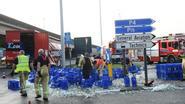 Vrachtwagen verliest waterflessen