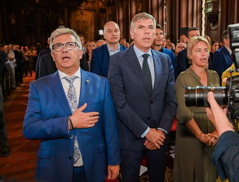 Kris Van Dijck zingt uit volle borst, deze keer niet 'My Way', maar de Vlaamse Leeuw.
