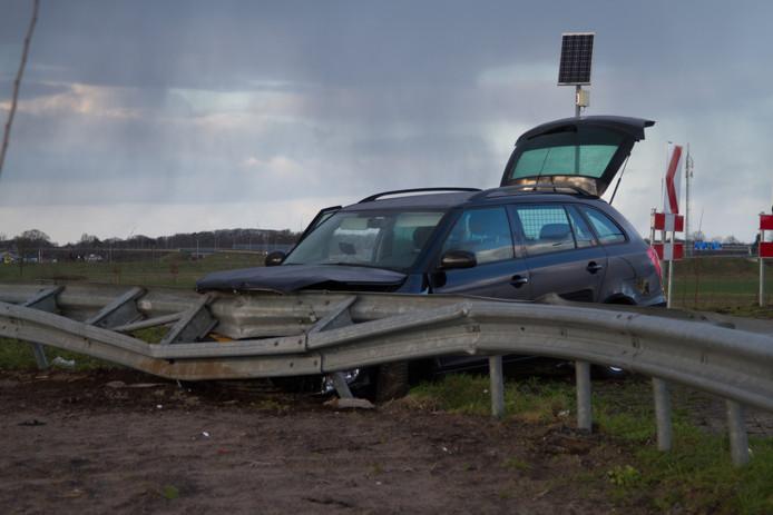 De auto is tegen een vangrail tot stilstand gekomen.