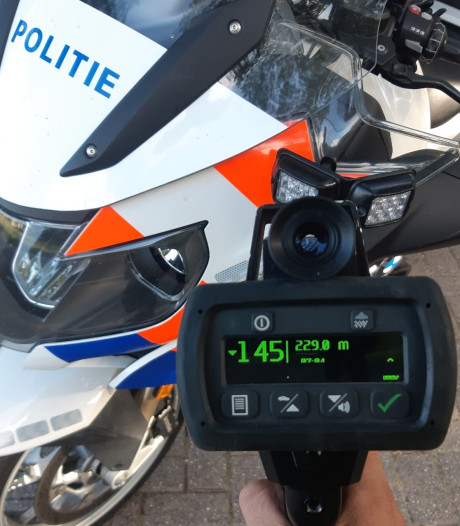 Belgische snelheidsduivel rijdt 145 kilometer per uur waar je 60 mag in Bergen op Zoom